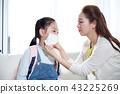 媽媽和女兒擔心健康 43225269