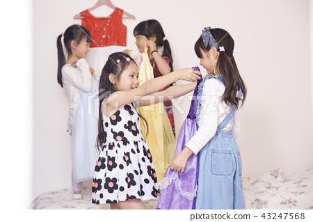 女孩穿著和朋友一起玩 43247568