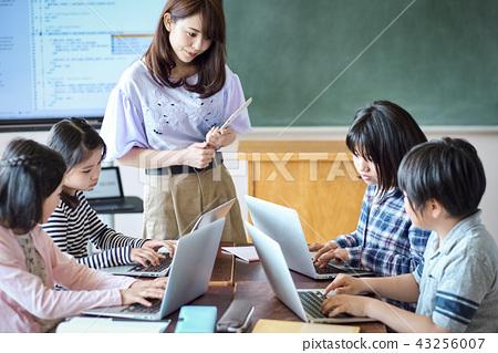 小學IT教育課風景 43256007