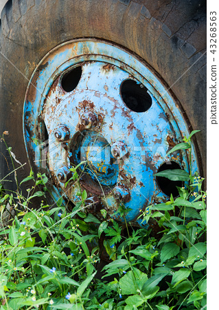 Wheel of old car old vintage rusty car wheel 43268563