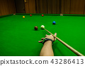 Men's hand hold Snooker cue with snooker ball 43286413