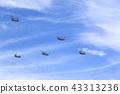 푸른 하늘 속을 비행하는 대형 헬리콥터 43313236