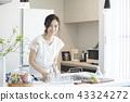 一個女人在廚房裡 43324272