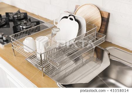 다양 한 부엌 도구, 부엌 선반 및 식물 배경 주방. 건조한 접시와 그릇 모양. 43358014