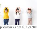 小孩在玩微笑 43359780