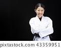 与被交叉的双臂的微笑的女性karateka 43359951