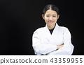 與被交叉的雙臂的微笑的女性karateka 43359955