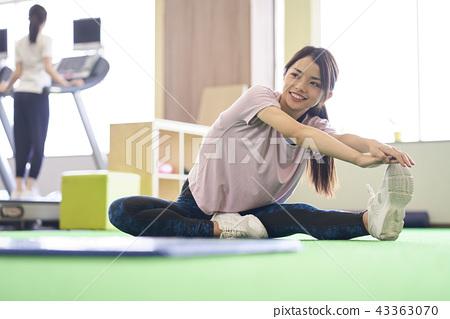 伸展靈活性健身房女人 43363070
