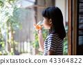 在老房子外緣的小學女孩飲用的大麥茶 43364822