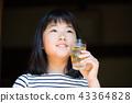 在老房子外緣的小學女孩飲用的大麥茶 43364828