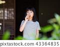 在老房子外緣的小學女孩飲用的大麥茶 43364835
