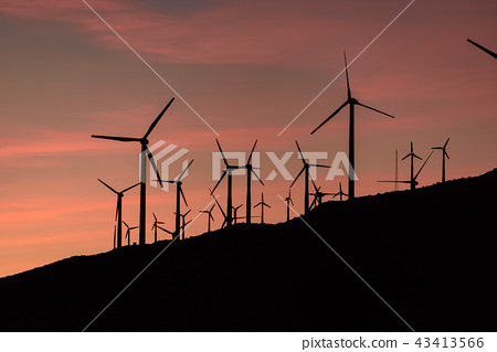 風力渦輪機全景風力發電在黃昏 43413566