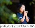 สาวโรงเรียนประถมกินแครกเกอร์ข้าวในเขตชานเมืองของบ้านเก่า 43435365