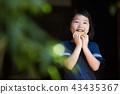 สาวโรงเรียนประถมกินแครกเกอร์ข้าวในเขตชานเมืองของบ้านเก่า 43435367