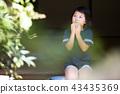 สาวโรงเรียนประถมกินแครกเกอร์ข้าวในเขตชานเมืองของบ้านเก่า 43435369