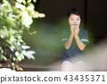 สาวโรงเรียนประถมกินแครกเกอร์ข้าวในเขตชานเมืองของบ้านเก่า 43435371