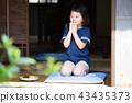 สาวโรงเรียนประถมกินแครกเกอร์ข้าวในเขตชานเมืองของบ้านเก่า 43435373