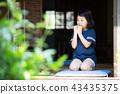 สาวโรงเรียนประถมกินแครกเกอร์ข้าวในเขตชานเมืองของบ้านเก่า 43435375