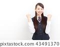 정장 차림의 젊은 여성 승리의 포즈 43491370