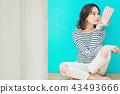 人物 成熟的女人 一個年輕成年女性 43493666