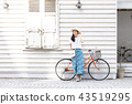 자전거와 젊은 여성 43519295