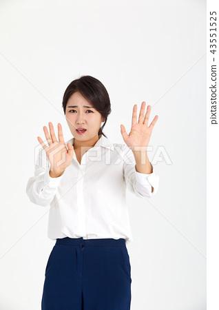 손짓으로 거절하는 20대 비즈니스우먼, 43551525