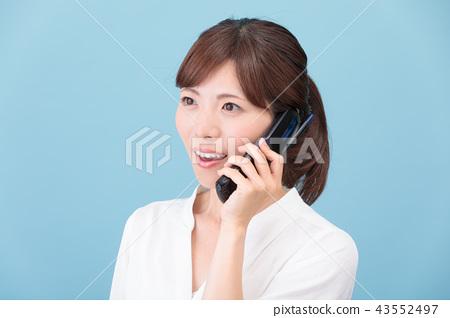 一個女人和一個車庫說話 43552497