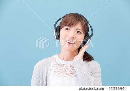 一個戴著耳機的女人 43556944