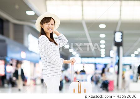 年輕女子(機場) 43582036