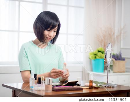 化妆的女孩 43584905