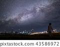 밤하늘의 별빛을 바라 보는 청년 43586972