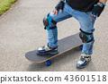 초등학교 1 학년의 스케이트 보드 소년의 발 43601518