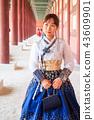 경복궁 회랑 속 한복을 입은 여성 43609901