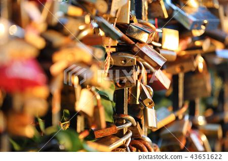 Romantic padlocks 43651622