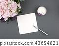 그레이 배경 위에 장미 부케와 카드와 볼펜과 향초 43654821