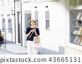A young woman who enjoys shopping 43665131
