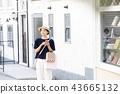A young woman who enjoys shopping 43665132