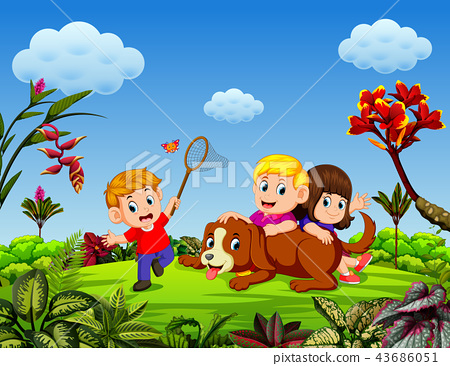 the children are playing with the dog  43686051