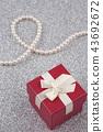 成珠狀與禮物盒的項鍊在銀色背景 43692672