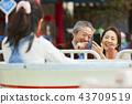 在遊樂園裡玩的家庭 43709519