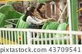 在游乐园里玩的家庭 43709541