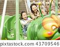 在游乐园里玩的家庭 43709546