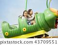 在遊樂園裡玩的家庭 43709551