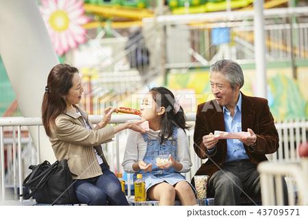 在遊樂園裡玩的家庭 43709571