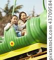 在游乐园里玩的家庭 43709584