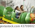 在游乐园里玩的家庭 43709602