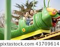 在游乐园里玩的家庭 43709614