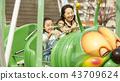 在游乐园里玩的家庭 43709624