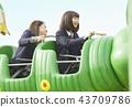 高中女孩在游乐园里玩 43709786