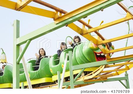 高中女孩在游乐园里玩 43709789